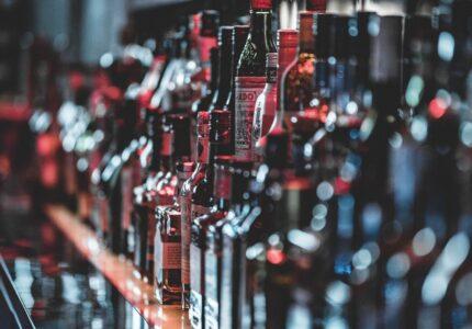 Alkohol flasker står på række på bar
