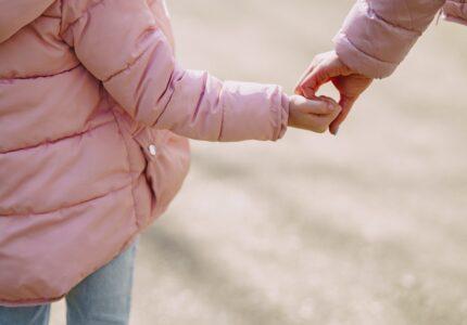 Barn og mor går tur sammen
