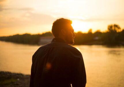 Mand kigger mod solnedgang