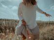 Dame går igennem mark i solskin