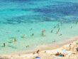 Folk bader på en strand i Mallorca