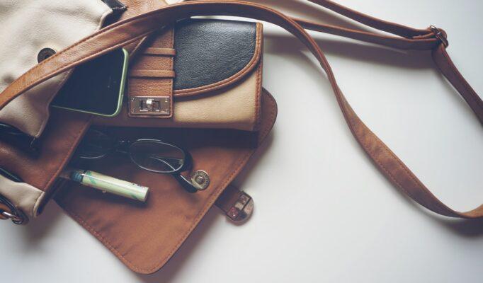 Lædertaske ligger på hvidt gulv