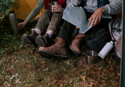Personer sidder i telt med sko på
