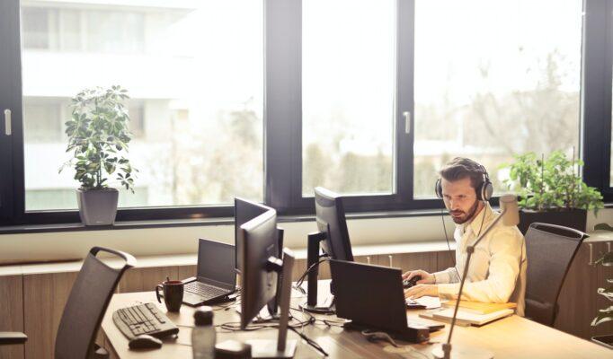mand arbejder hårdt på sit kontor