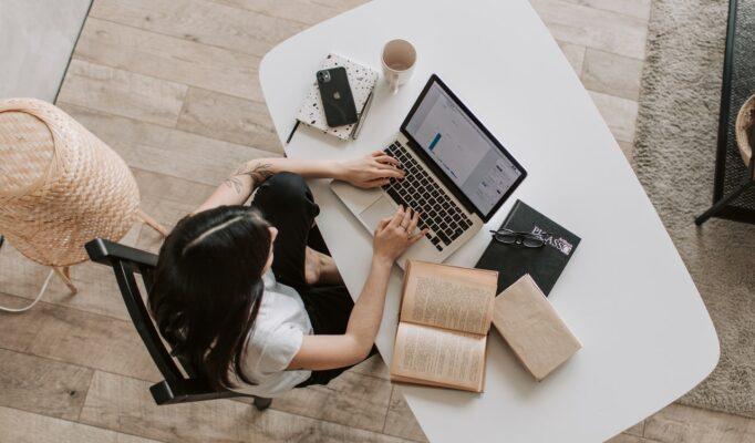 Kvinde arbejder på sit skrivebord