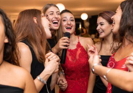Piger synger karaoke sammen