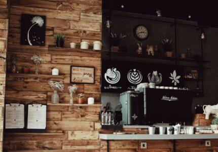 Cafe med træ vægge og stil