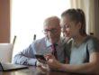 Far og barnebarn kigger på telefon sammen